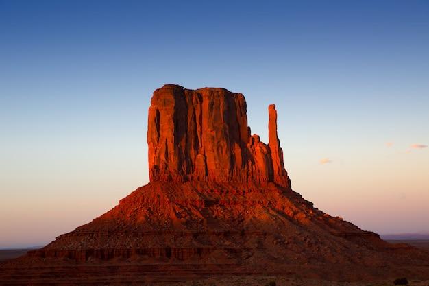 Guanto ad ovest della valle del monumento al cielo di tramonto