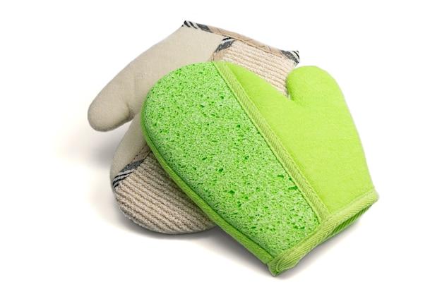 Guanto esfoliante di massaggio per il bagno e la stazione termale isolati su bianco. guanto da bagno in tessuto di iuta per la cura della pelle con spugna