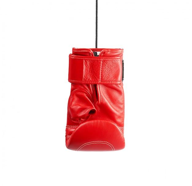 Guantone da boxe rosso destro in pelle appeso a una corda