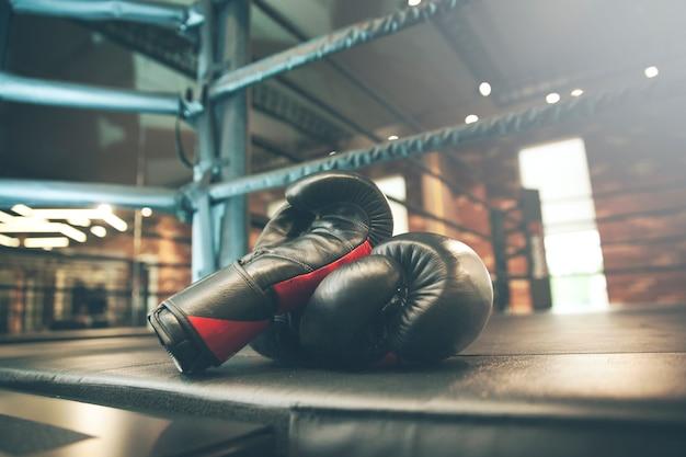 Guantone da boxe sul ring in palestra