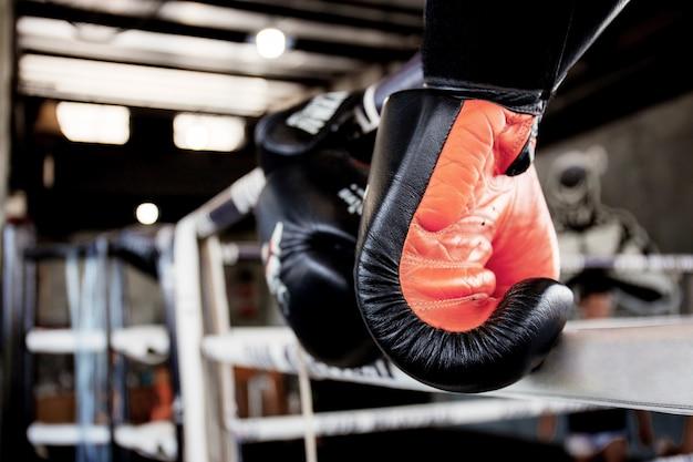 Guantoni da boxe è appeso sul ring.