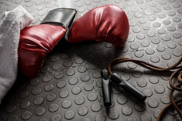Guantoni da boxe e corda nella palestra crossfit