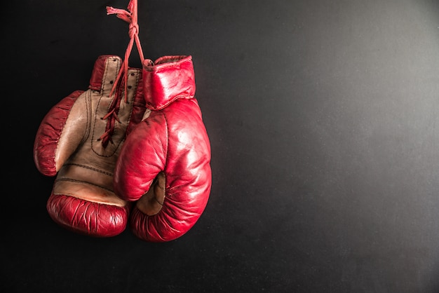 Guantoni da boxe isolati in sfondo scuro