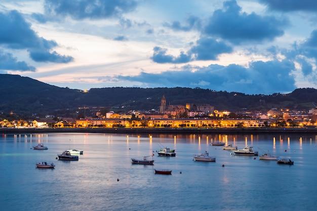 Guarda da hondarribia, cittadina vicino a donostia-san sebastian e una delle città più belle di tutto il paese basco.