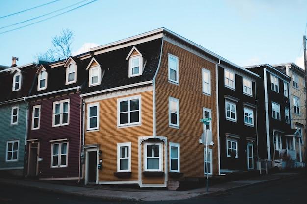 Guarda la fotografia di case in mattoni di cemento