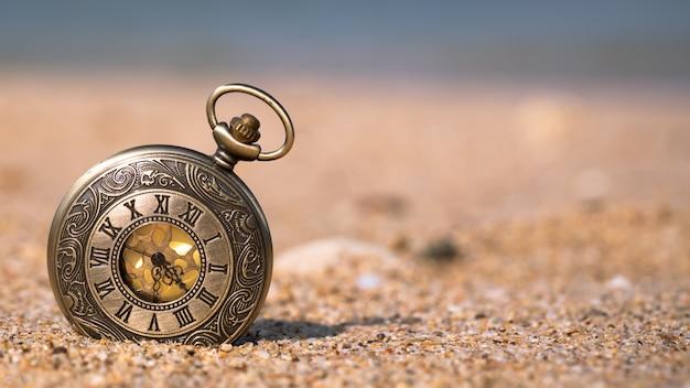 Guarda sulla spiaggia di sabbia