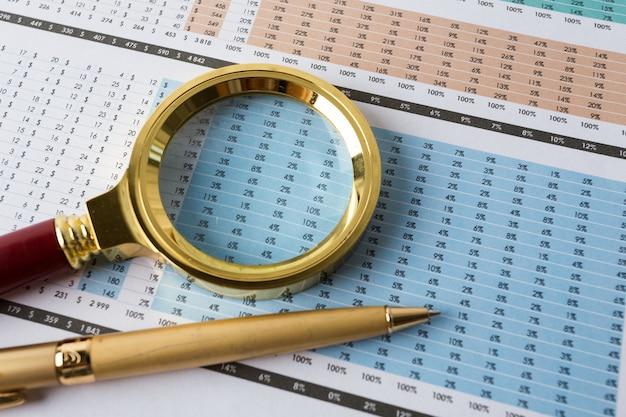 Guardando attraverso la lente di ingrandimento per la relazione finanziaria