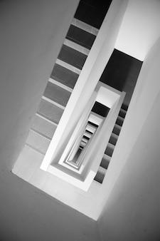 Guardando giù per la scala rettangolare a spirale