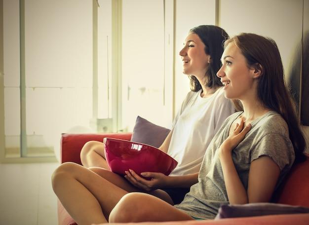 Guardare la tv con un amico