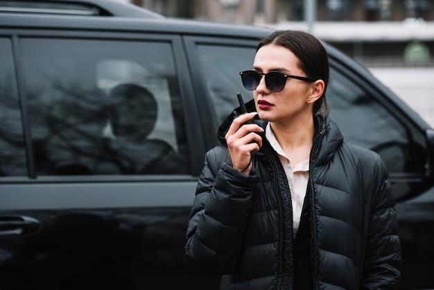 Guardia donna con attrezzatura