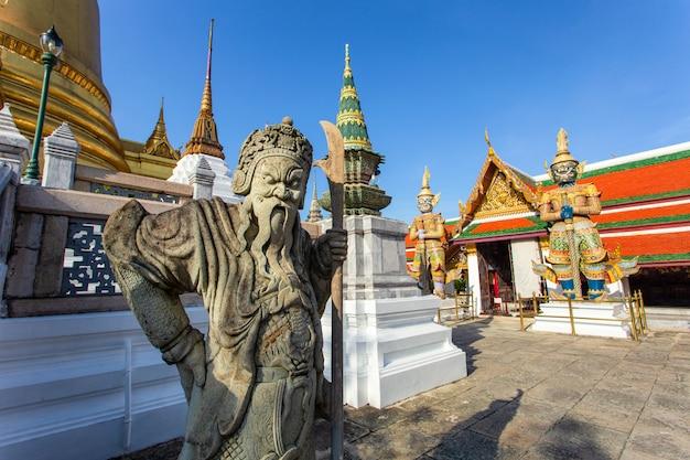 Guardiano del demone in wat phra kaew, grande palazzo nella città di bangkok, tailandia