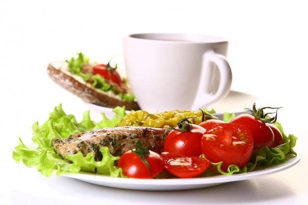 Guarnire con filetto e verdure e caffè