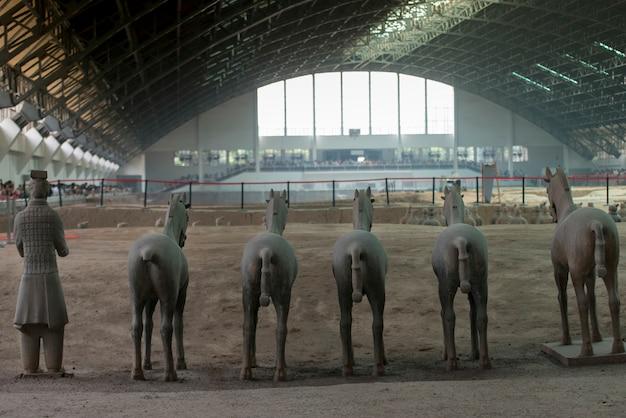 Guerriero di terracotta e statue di cavalli al museo dell'esercito di guerrieri di terracotta, xi'an, cina.
