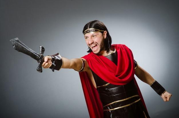 Guerriero romano con spada contro sfondo
