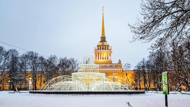 Guglia di ministero della marina edificio vista invernale con illuminazione di capodanno, san pietroburgo, russia
