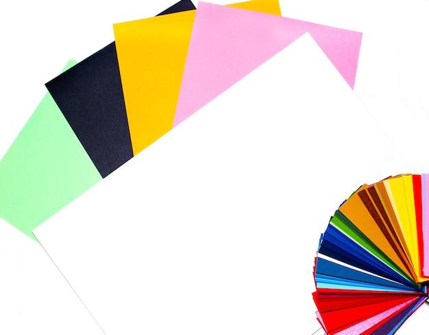 Guida ai colori con tavolozza di campioni di carta, catalogo per la carta. carta colorata su un bianco.
