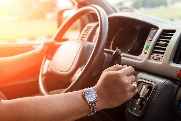 Guida di un auto maschile seleziona focus.