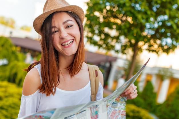 Guida di viaggio, turismo in europa, turista donna con mappa sulla strada