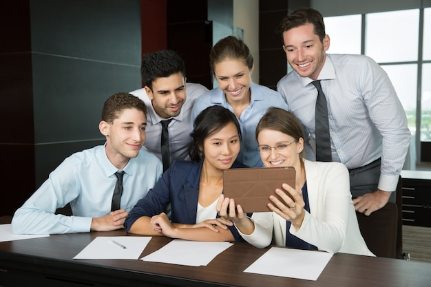 Guida femminile di affari con tablet pc