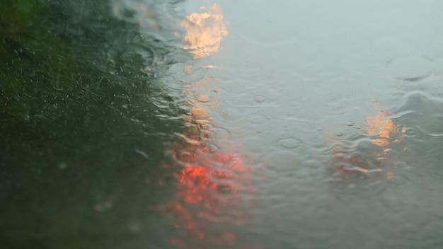 Guidando sotto la pioggia. l'auto di windows mentre piove forte.