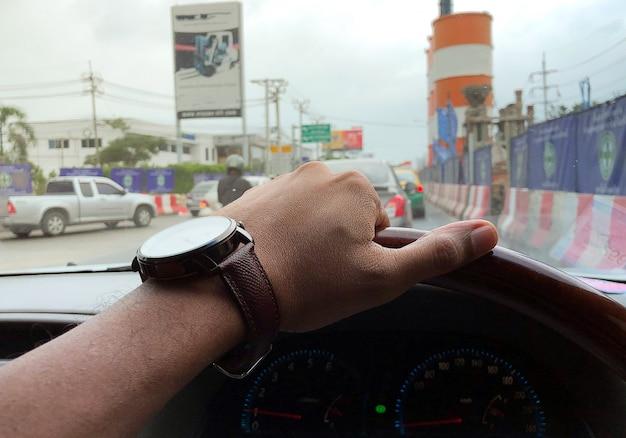 Guidare auto su strade di costruzione