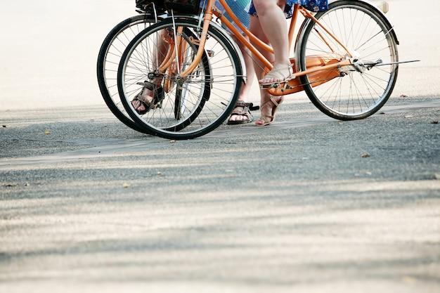 Guidare una bici, a colori dai toni con lo spazio della copia.