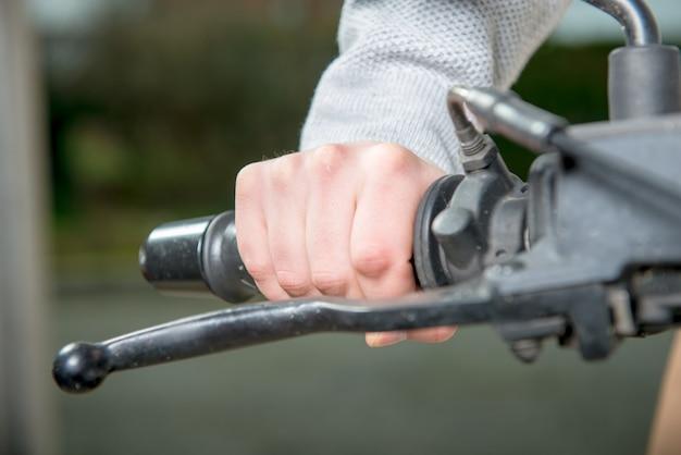 Guidare una moto senza guanti