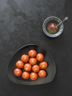 Gulab jamun dolce tradizionale indiano sulla tavola nera