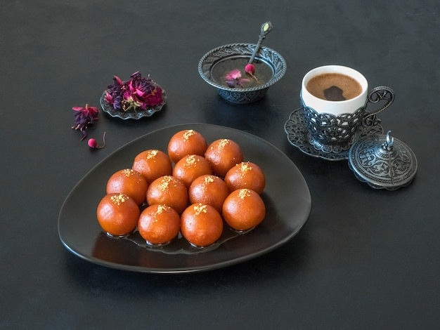 Gulab jamun - dolci indiani tradizionali su un tavolo nero