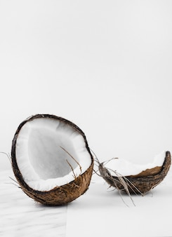 Guscio di noce di cocco su sfondo bianco