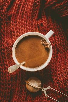 Gustosa bevanda calda al cioccolato in tazza