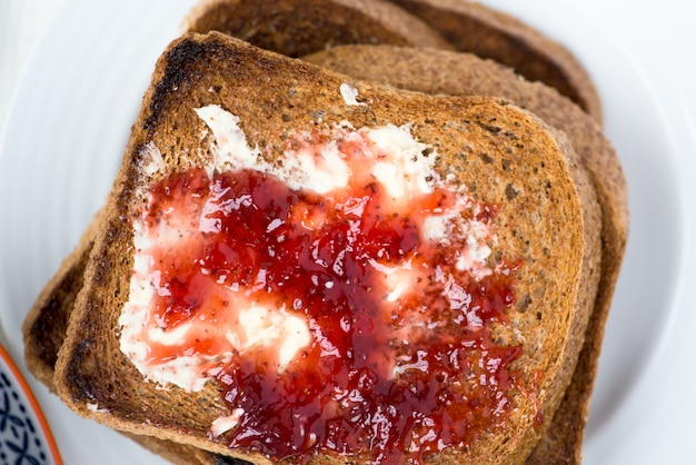Gustosa colazione in famiglia con toast, porridge, frutti di bosco