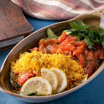 Gustosa insalata di salmone, verdure e formaggio giallo. avvicinamento