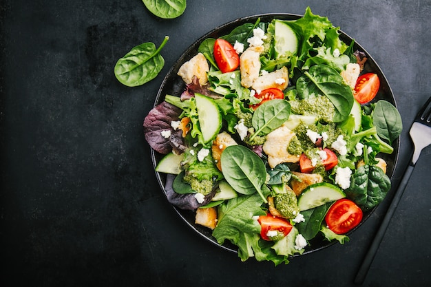 Gustosa insalata fresca con pollo, pesto e verdure