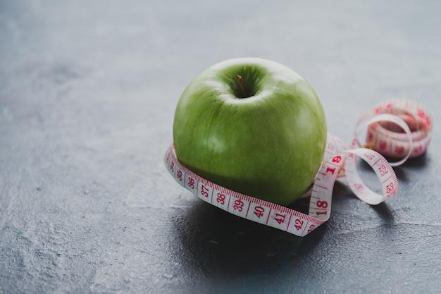 Gustosa mela con nastro adesivo di misurazione