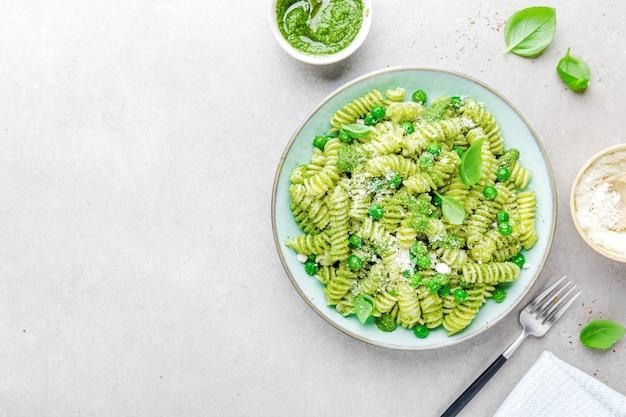 Gustosa pasta appetitosa con pesto sul piatto