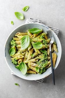 Gustosa pasta appetitosa con salsa al pesto
