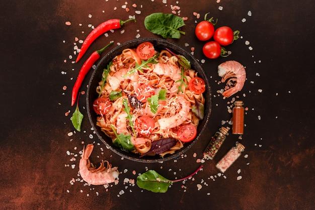 Gustosa pasta con gamberi e pomodoro in padella