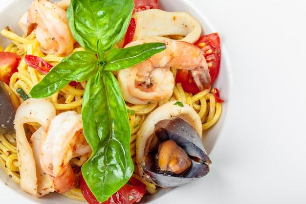 Gustosa pasta italiana con frutti di mare