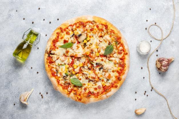 Gustosa pizza al pollo con funghi e spezie