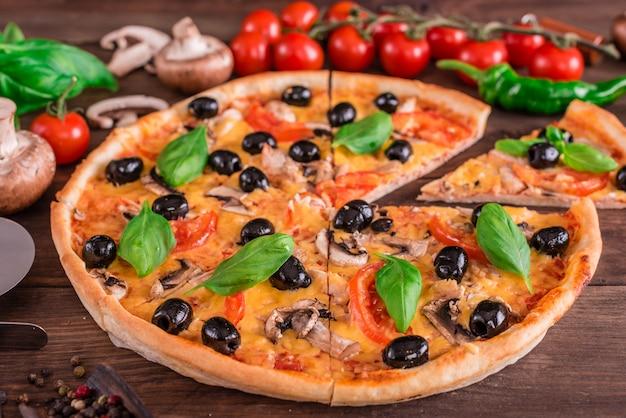 Gustosa pizza calda fresca su uno sfondo scuro