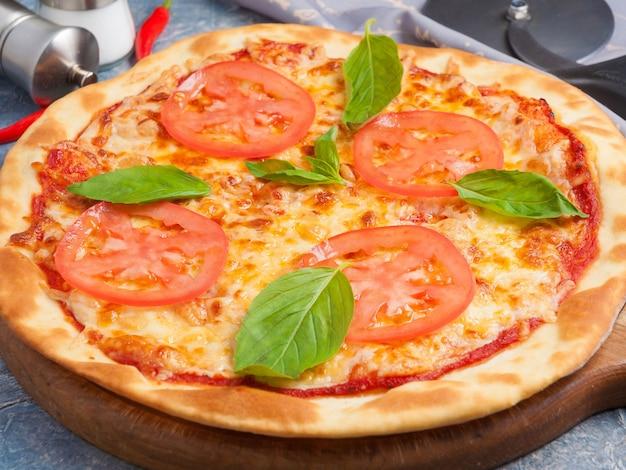 Gustosa pizza classica margarita decorata con basilico