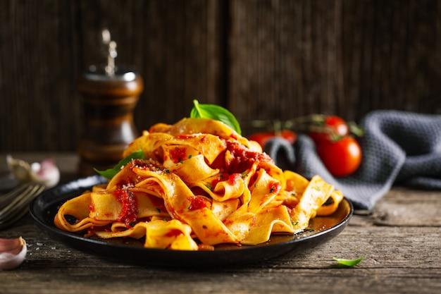 Gustosa pizza italiana con salsa di pomodoro e parmigiano