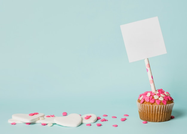 Gustosa torta con tag sul bastone e cuori decorativi
