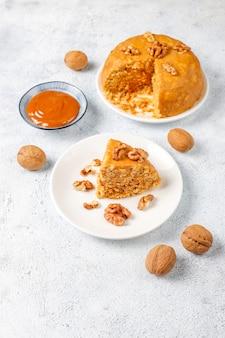 Gustosa torta di formica tradizionale sovietica fatta in casa con noci, latte condensato e biscotti