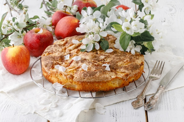 Gustosa torta di mele fatta in casa sul tavolo