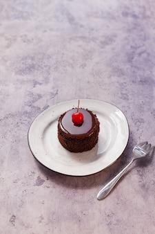 Gustosa torta sul tavolo grigio