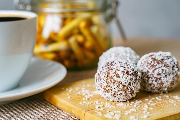 Gustose caramelle con cocco su una tavola di legno