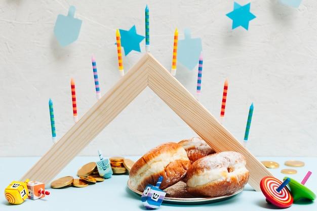 Gustose ciambelle hanukkah su un tavolo