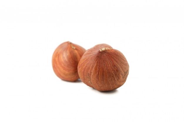 Gustose nocciole isolati su sfondo bianco. cibo vitaminico
